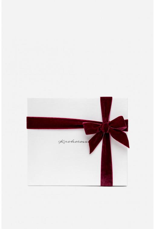 Подарункова коробка зі срібним написом та оксамитовою бордовою стрічкою