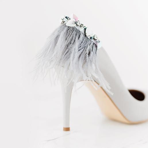 Гостроносі туфлі з пір'ям