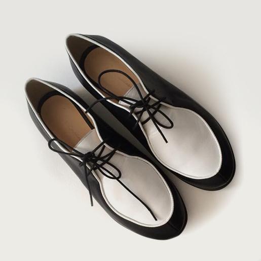 Чорно-білі туфлі на шнурках.