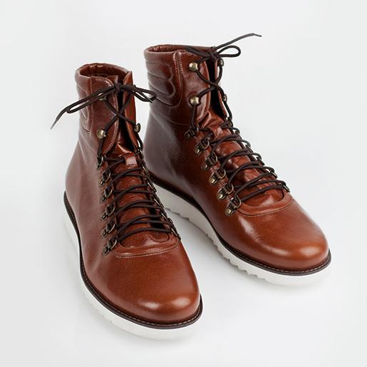 Чоловічі черевики на шнурках.