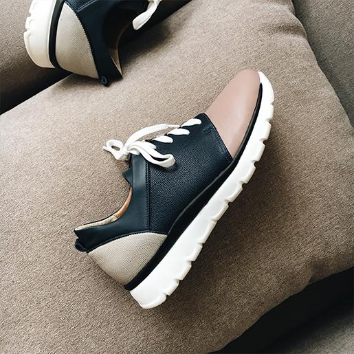 Кольорові кросівки.