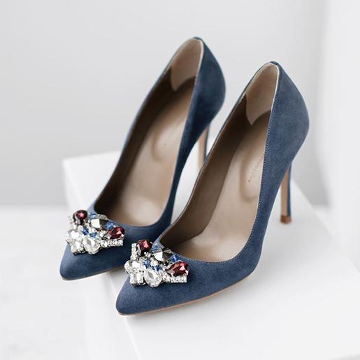 Гостроносі туфлі з прикрасами