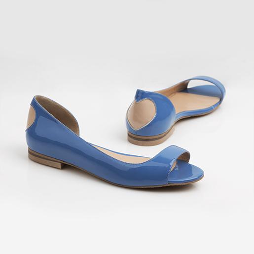Блакитні сандалі з декором на п'ятці.