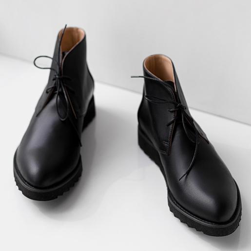 Черевики високі, чорні.
